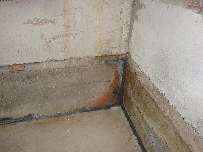 Отсыревший бетонный фундамент