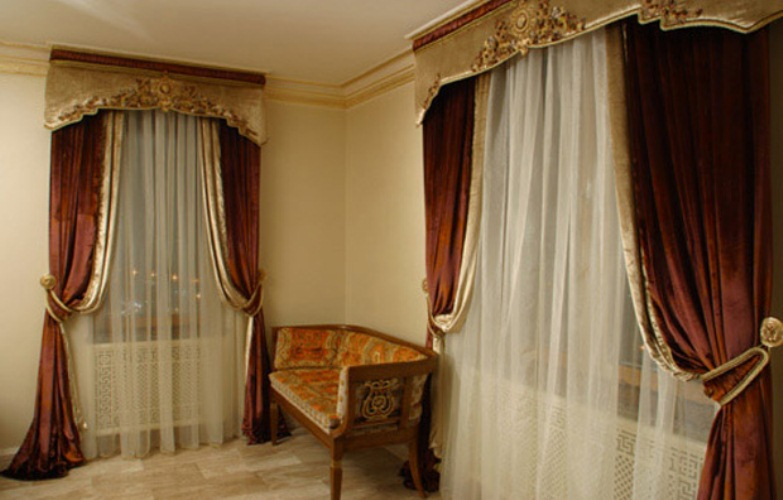 Бархатные шторы в зале