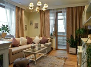 Коричневые шторы без рисунка и с цветочным принтом в гостиной прованс