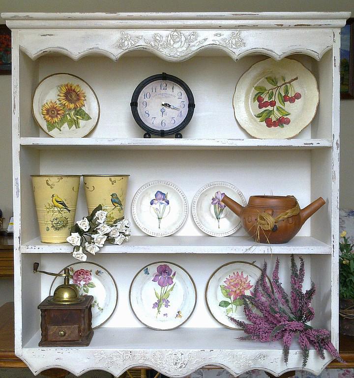 Открытая полка с декоративными тарелками и иными элементами декора в стиле прованс