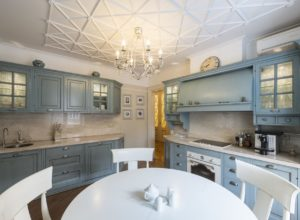 Кухня в стиле прованс в нежно-голубых тонах