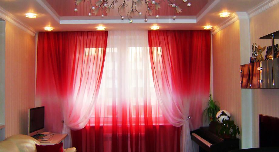 Красный колер на шторах в зале