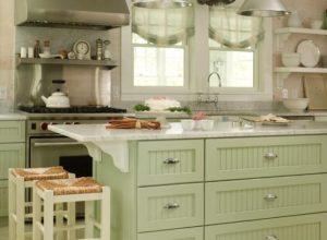 Кухня прованс с римской шторой в оливковых тонах