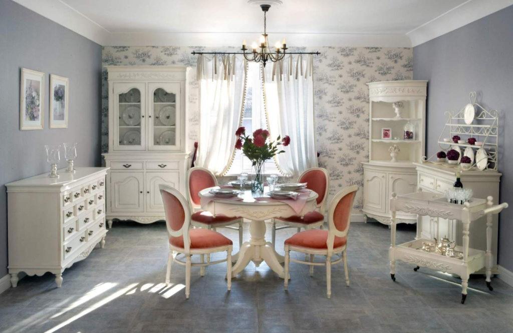 Кухня в стиле прованс в бело-лавандовых тонах со стульями с контрастной обивкой