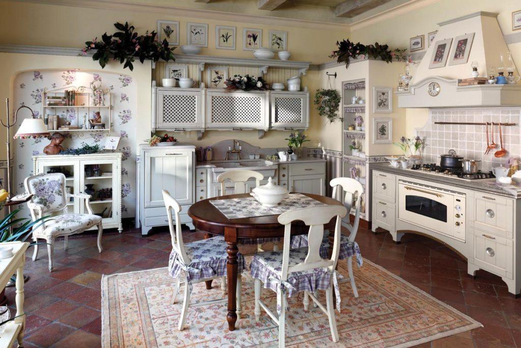 Кухня в стиле прованс со стульями с тканевыми чехлами