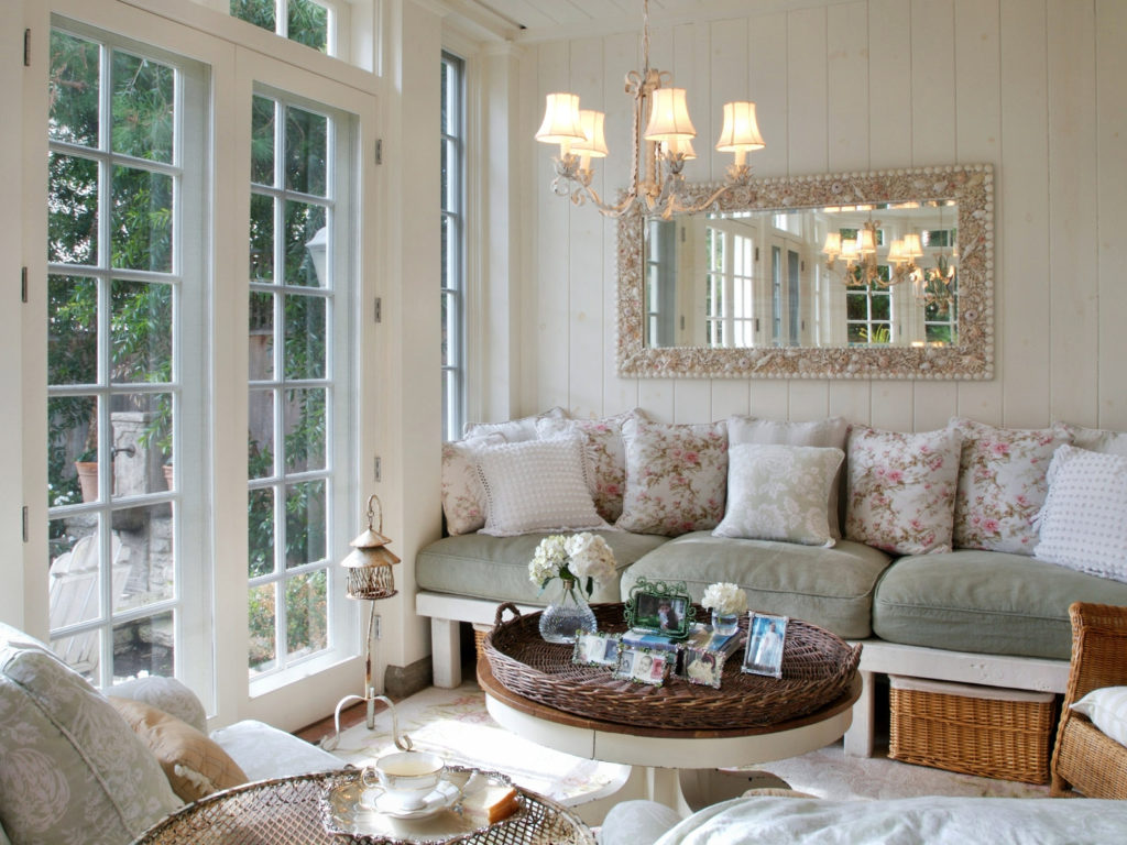 Гостиная с большими окнами и зеркалом в массивной раме в стиле прованс