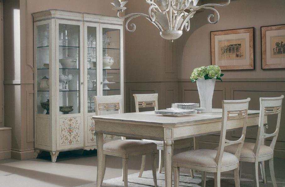 Кухня в стиле прованс с обеденным гагнитуром и посудным шкафом
