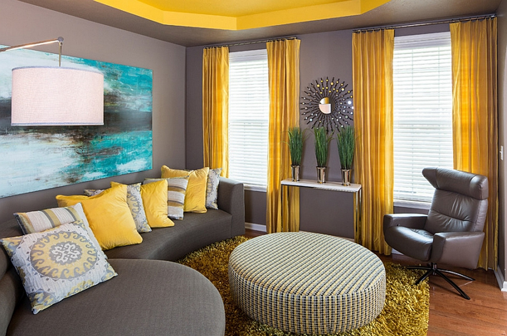Насыщенный жёлтый цвет штор в гостиной