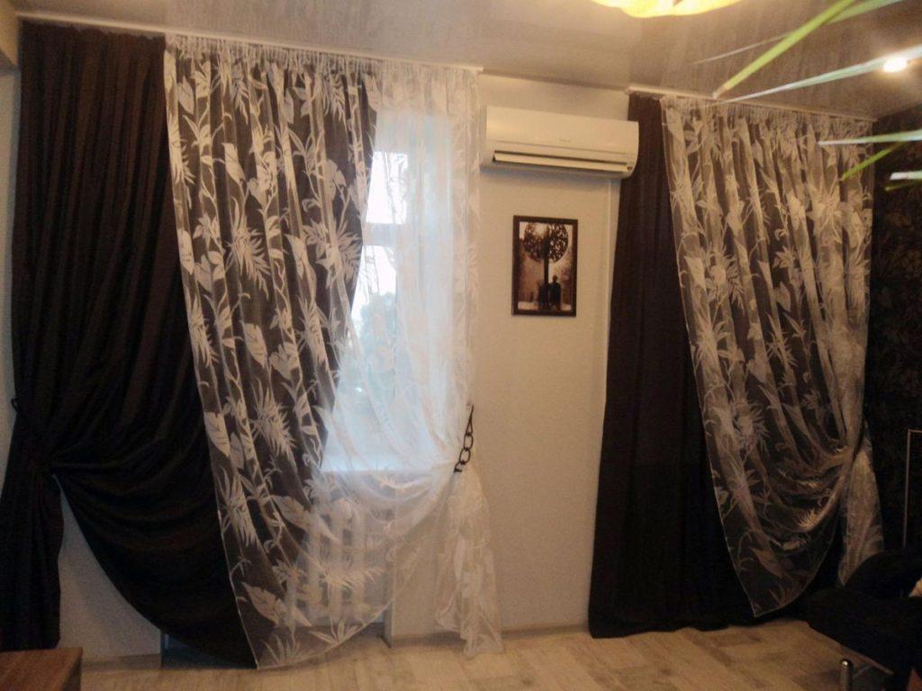 Плотные шторы в сочетании с лёгким тюлем