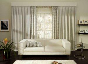 Широкие светлые шторы в гостиной