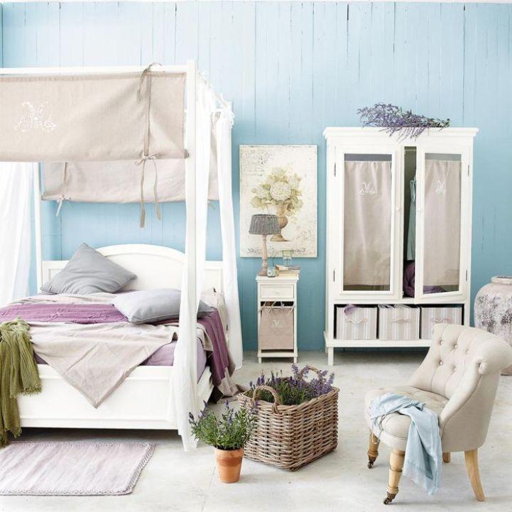 Спальня прованс с кроватью с балдахином в бело-голубых тонах