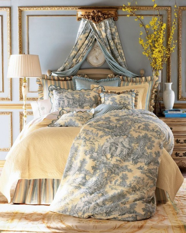 Спальня с имитацией балдахина и элементами лепнины в стиле прованс