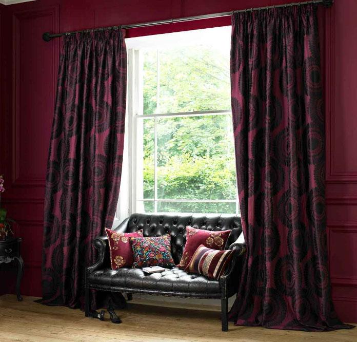 Удлинённые шторы в гостиной