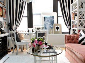 Яркие полосатые шторы в гостиной