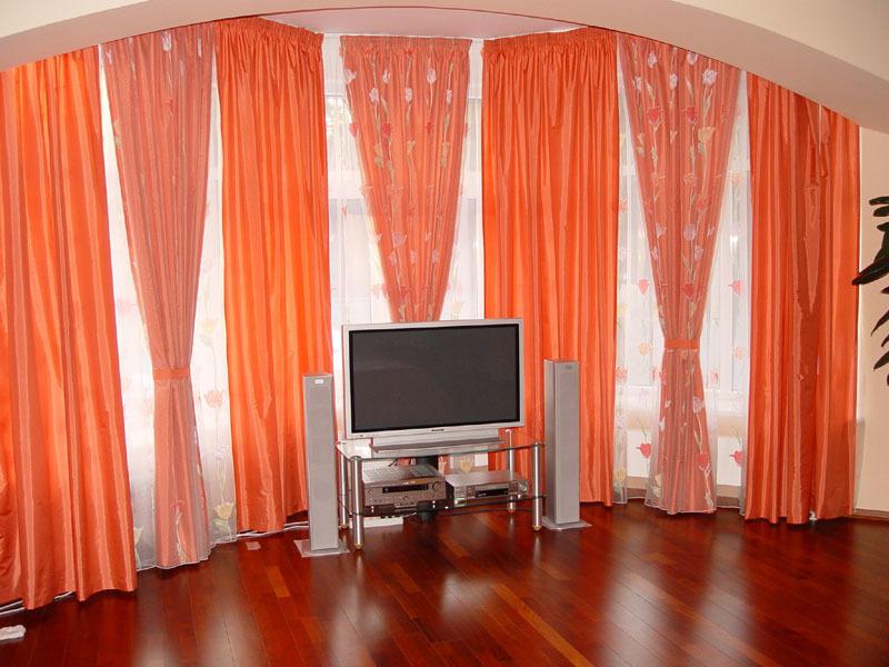Яркие шторы в зале