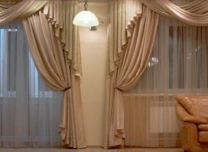Занавеси на двух окнах гостиной