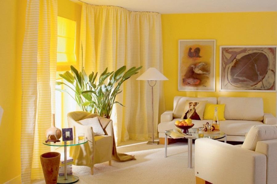 Жёлтые занавеси на окнах гостиной