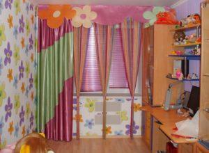 Детская комната с кисеёй на окне