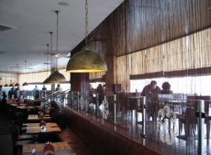 Нитяные шторы в помещении ресторана