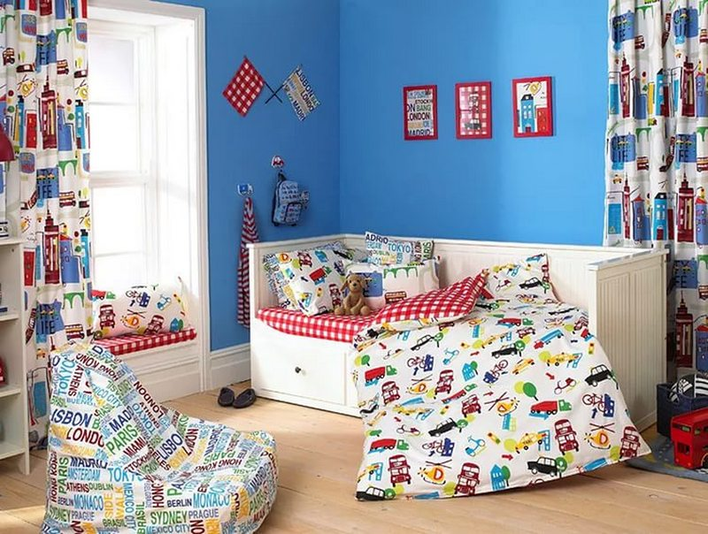 Яркие шторы с рисунком в детской комнате