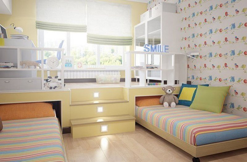Светлая комната с подиумом
