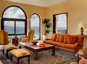 Серо-оранжевый ковёр в комнате восточного стиля