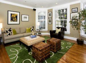 Зелёный ковер на полу из натурального дерева