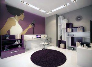 Тёмно-фиолетовый шагги в комнате с графикой во всю стену