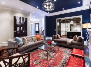 Гостиная с синими стенами и восточным ковром красного цвета
