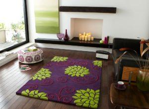Фиолетовый ковёр в гостиной с белыми стенами и полом из натурального дерева