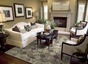 Ковёр в оттенках песочно-серого в гостиной с бежевыми стенами и классической мебелью