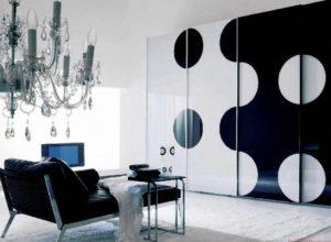 Чёрно-белая гостиная с массивной люстрой