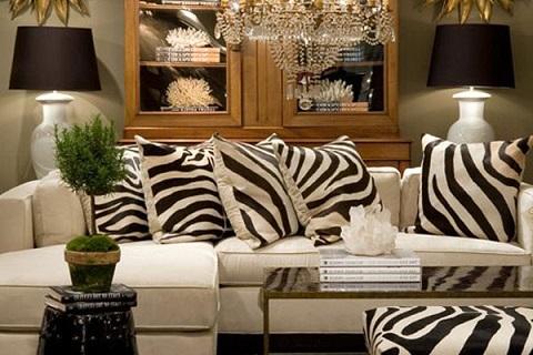 Чёрно-белая гостиная с декоративными подушками