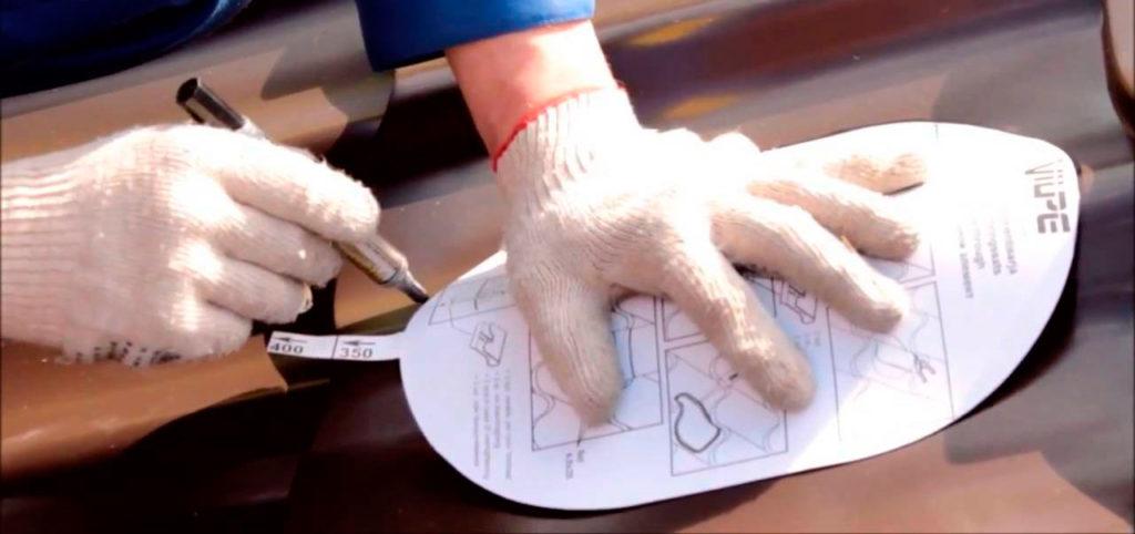 Вырезание отверстия в металлочерепице