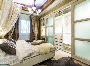 Уютная спальня с гардеробной