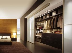 Широкая гардеробная внутри спальни
