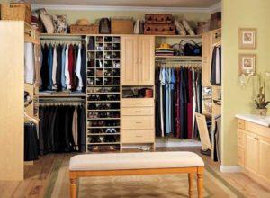 Открытая гардеробная в спальне большого размера