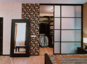 Гардеробная внутри спальни со стеклянной перегородкой