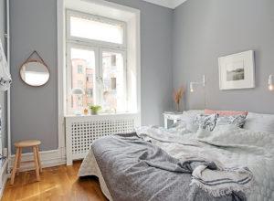 Окно без штор в спальне