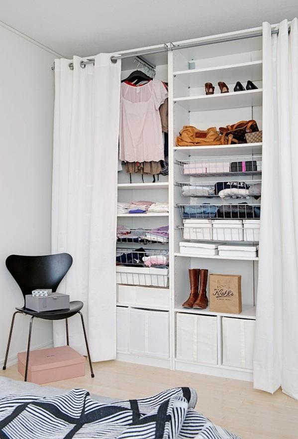 Открытый гардероб в маленькой спальне