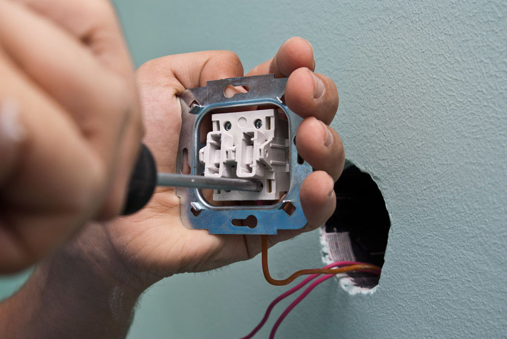 Демонтаж выключателя с подсветкой