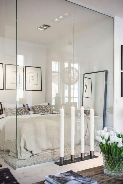 Стеклянные поверхности для спальни небольшого размера