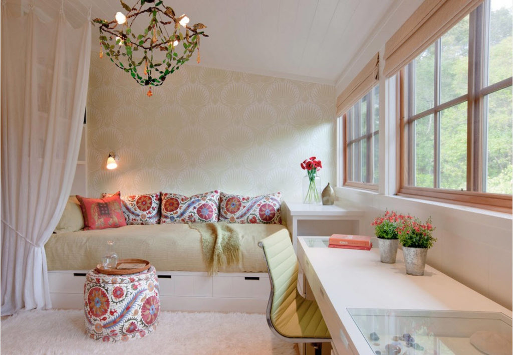 Светлые цвета и яркие акценты в спальне небольшого размера