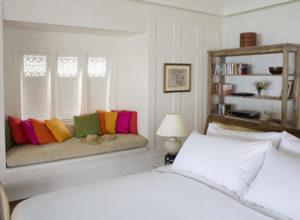 Яркие акценты в небольшой спальне