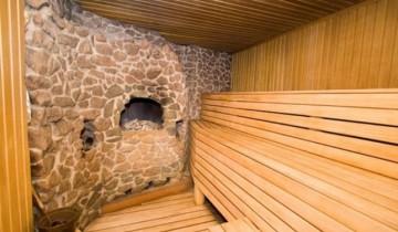 Печь из камня и деревянная отделка