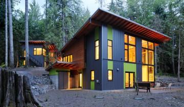 Яркий фасад загородного дома