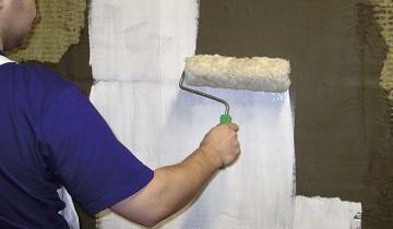 Процесс покрытия стены акриловой грунтовкой, nfmesi.ru