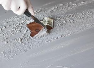 На фото процесс удаления латексной шпатлевки, timelesspaper.com