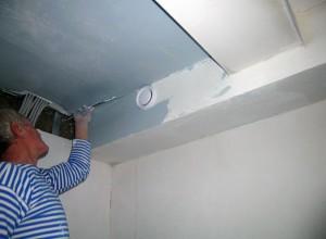 На фото процесс шпатлевки потолка, topaz-in.com