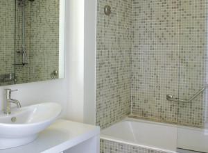 На фото мозаика в интерьере ванной